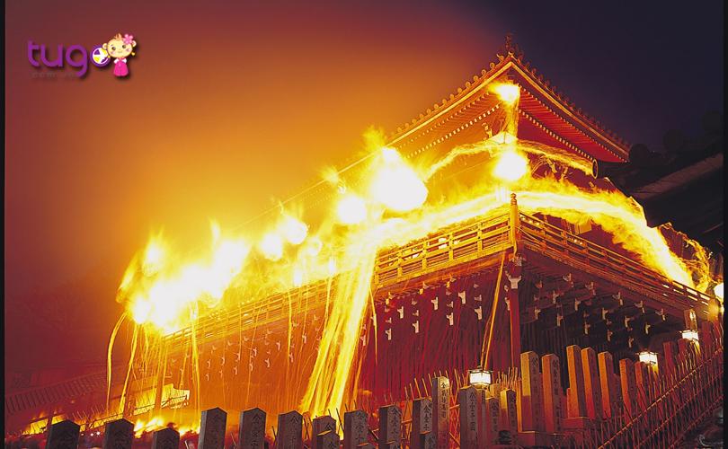 Những ngọn đuốc khổng lồ được thắp sáng rực rỡ trong nghi lễ Omizutori
