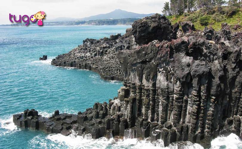 Những vách đá hùng vĩ đan xen nhau tạo nên một cảnh tượng đầy độc đáo