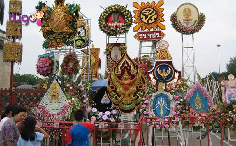 Những vòng hoa tươi thắm được dâng lên Đức vua Chulalongkorn đáng kính