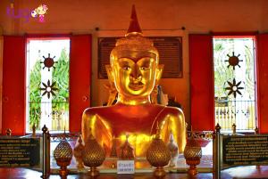 Tượng Phật ngồi nữa người ở chùa Wat Phra Tong