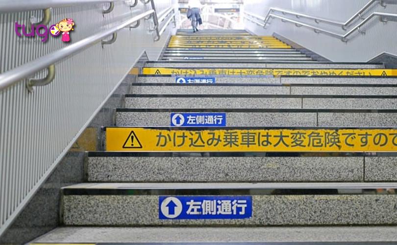 Quan sát các hướng dẫn để đi bộ đúng phần đường khi du lịch ở Nhật