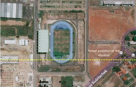 Đường xích đạo theo Hệ thống trắc địa thế giới 84 lệch vạch chia sân bóng 50 m. Ảnh: iSports.