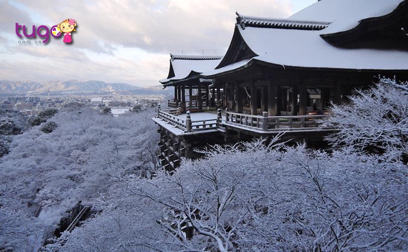 Từ ngôi Chùa Kiyomizu-dera, bạn có thể phóng tầm mắt ra xa để chiêm ngưỡng trọn vẹn vẻ đẹp hấp dẫn của mùa đông Nhật Bản