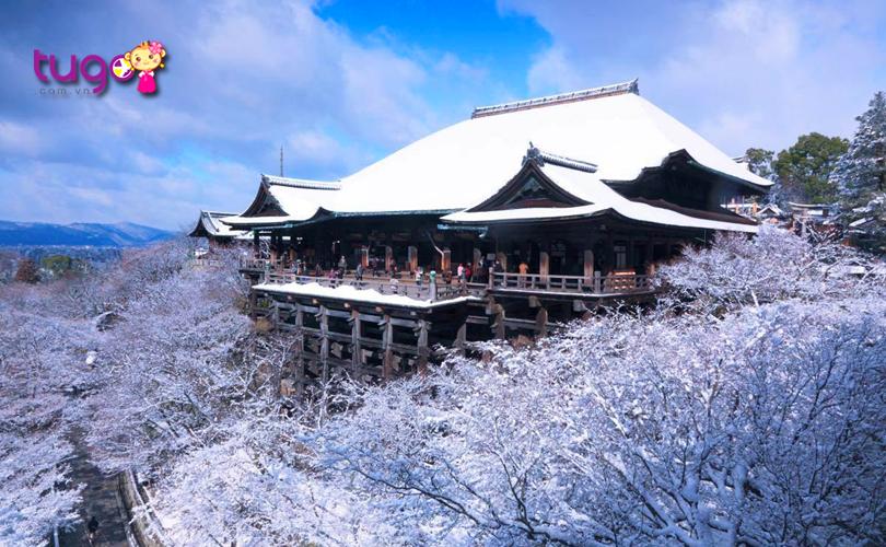 Từ ngôi chùa Kiyomizu-dera, du khách có thể phóng tầm mắt ra xa để chiêm ngưỡng trọn vẹn vẻ đẹp của mùa đông Nhật Bản