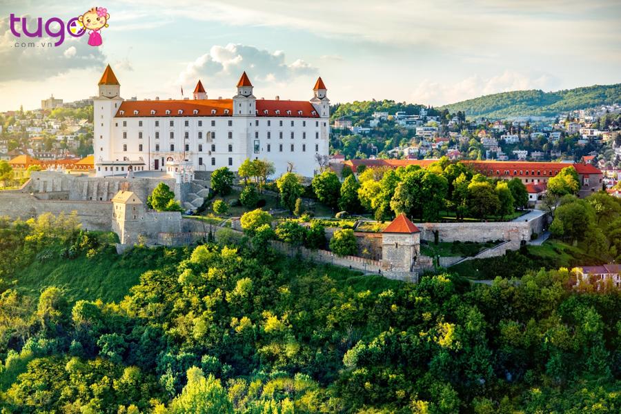 Lâu đài Bratislava có kiến trúc hình chữ nhật khổng lồ với 4 tháp canh ở 4 góc