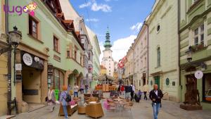 Cổng thành được trùng tu lại và mang phong cách kiến trúc Baroque đương thời
