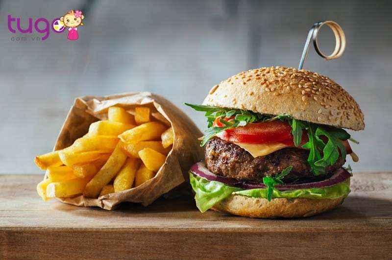 Humburger là một trong những thức ăn nhanh phổ biến ở Mỹ