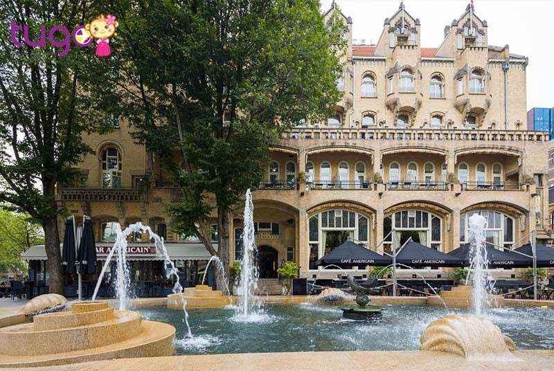 Bạn nên đặt trước khách sạn thông qua các trang Booking, Agoda,Traveloka