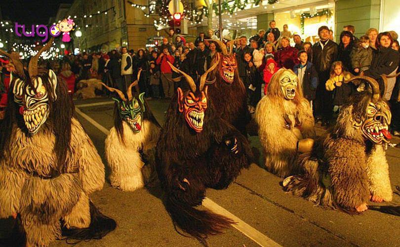 Trong các câu chuyện dân gian thời xa xưa, Krampus vốn là loài quỷ gắn liền với thánh Nicholas khi cùng đi phát quà trong đêm Noel