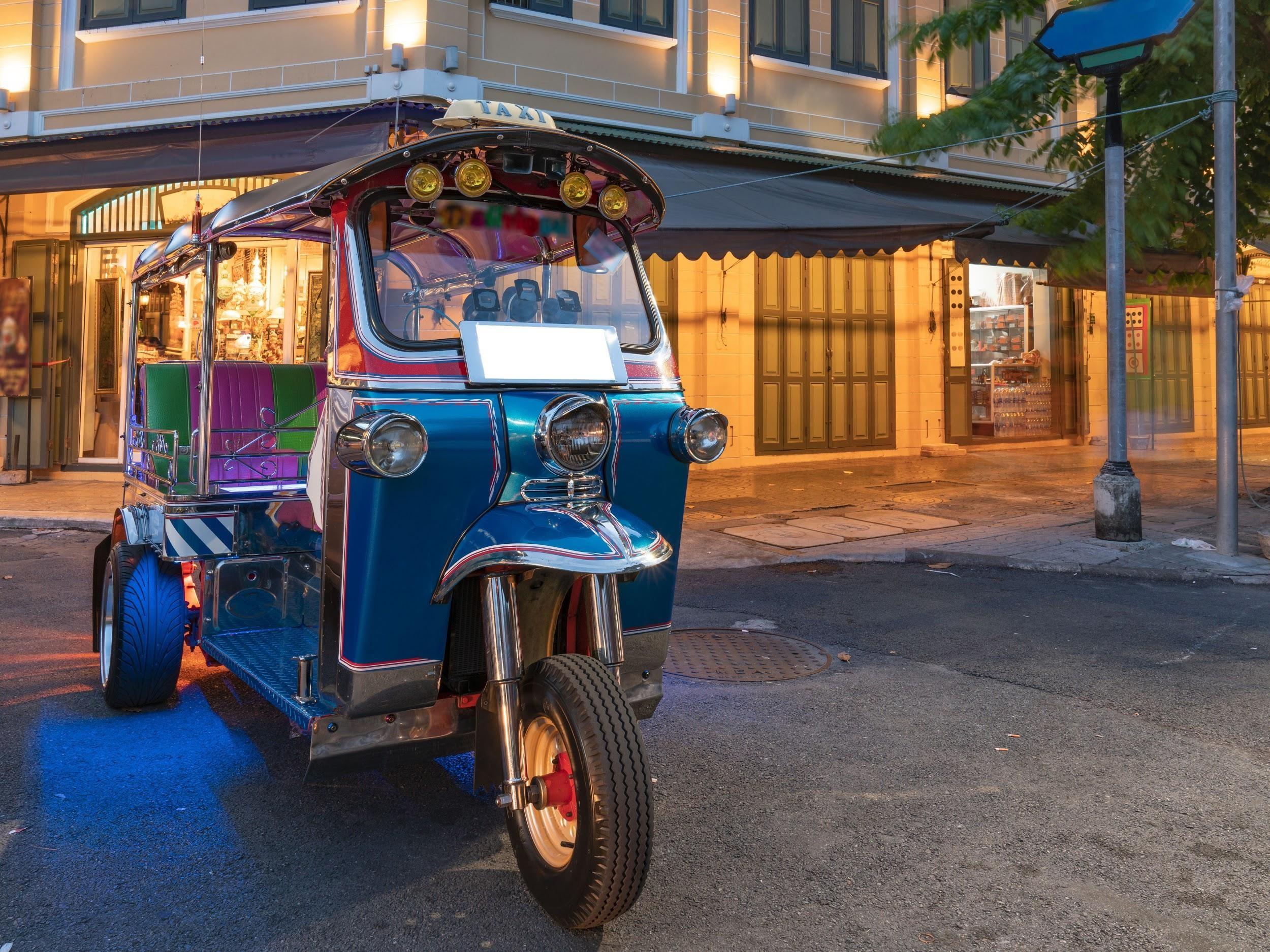Tuk tuk là một phương tiện di chuyển độc đáo ở Thái Lan
