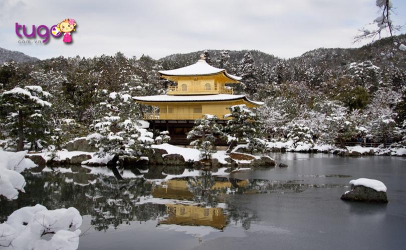 Vẻ đẹp cổ kính của ngôi đền Kinkaku-ji càng thêm phần hấp dẫn giữa nên trời tuyết trắng mùa đông