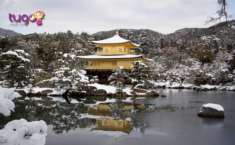 Vẻ đẹp cuốn hút của ngôi chùa Kinkakuji nổi bật giữa nền trời tuyết trắng