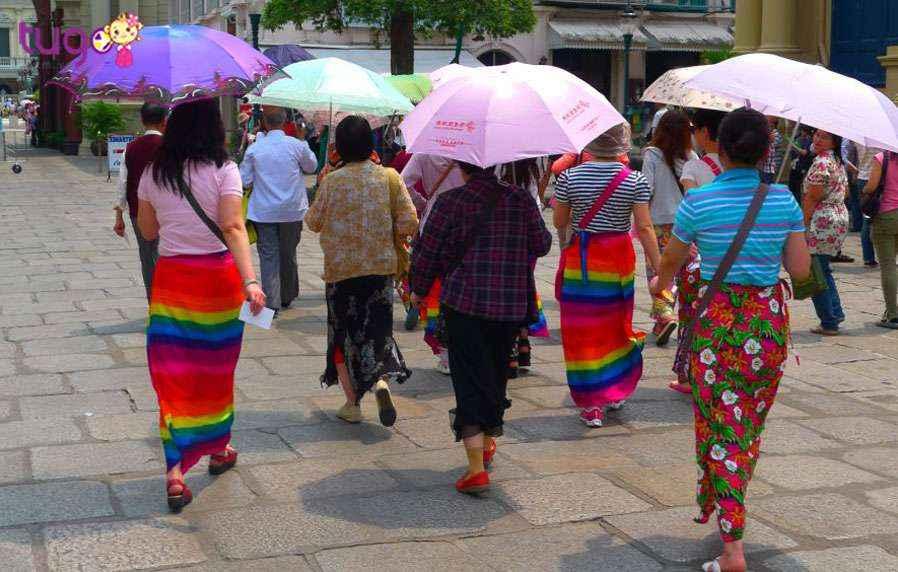 Tấm khăn sarong là vị cứu tinh cho những ai mặc đồ không phù hợp khi đi thăm đền chùa