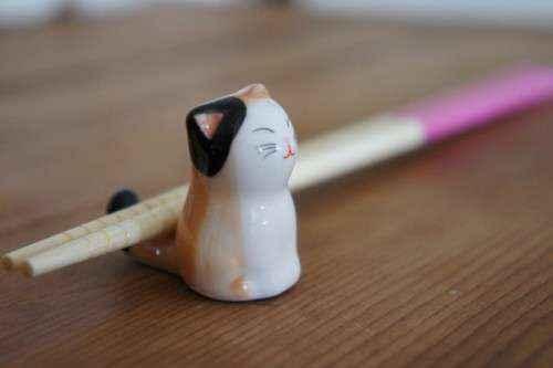 Tại Nhật, nếu muốn đặt đũa xuống, bạn hãy đặt chúng lên những chiếc gác đũa.