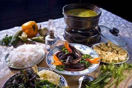 Lẩu lươnmiền Tây có vị chua nhờ cơm mẻ, me xanh hay trái giác. Lươn ăn lẩu là lươn sống, khi nước sôi thì thả vào cho ngọt nước. Rau ăn kèm không thể thiếu của món ăn nay là bắp chuối bào, ngoài ra còn có rau muống, rau nhút, kèo nèo, giá, bạc hà... Ảnh:Hivietnam.