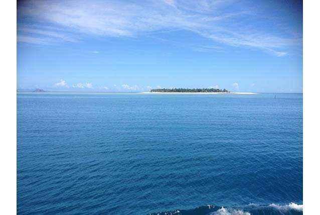 Một hòn đảo lẻ loi giữa mặt nước mênh mông tĩnh lặng.Trời và biểnchìm trongmàu xanh dịu dàng.