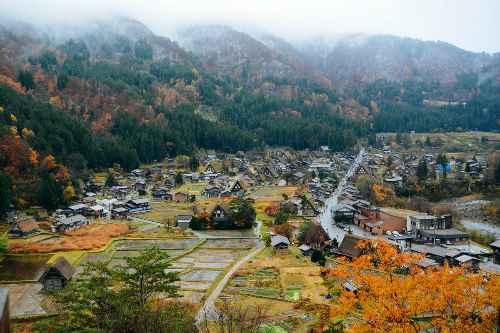 Làng cổ Shirakawa nằm ở miền trung Nhật Bản vào thu.tugo.com.vn