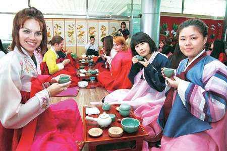 Kể cả khi không biết tiếng Hàn Quốc, bạn cũng sẽ được người dân địa phương niềm nở đón tiếp và giúp đỡ.