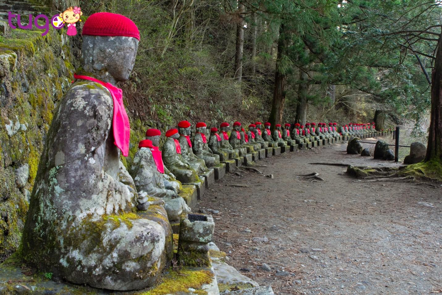 Tại vực Kanmangafuchi có khoảng 70 bức tượng đá Jizo - một vị Bồ Tát của Nhật Bản