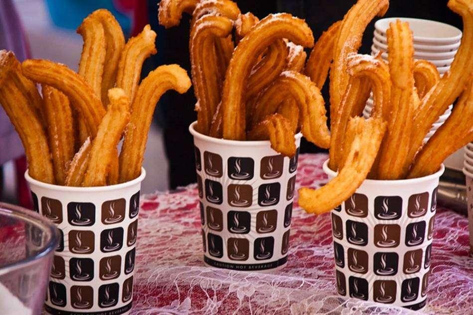 Street Churros có những chiếc bánh nóng giòn với nhân lem vani rất đặc biệt