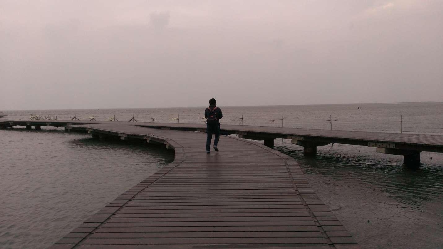 Cây cầu gỗ mộc mạc hướng ra biển là địa điểm dừng chân rất quen thuộc của những người dân ở đây mỗi khi thủy triều bắt đầu dâng cao