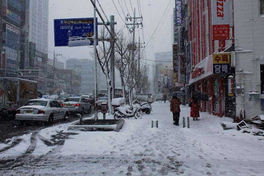 Một góc phố ở Busan ngập tuyết trắng trong mùa đông