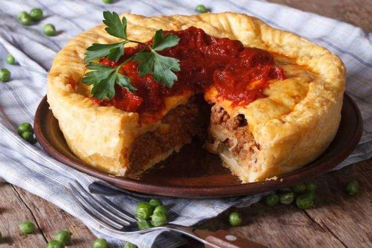 Meat Pie là bánh nướng nhân thịt - loại bánh phổ biến ở Úc đến mức nó được ví như bánh Hamburger của người Mỹ