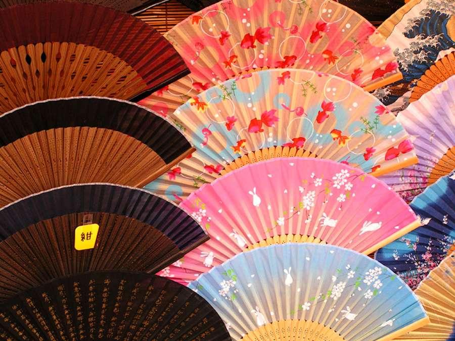 Nếu bạn có dịp đến Nhật vào mùa hè, hãy sắm thêm cho mình một chiếc quạt tay tiện dụng mang đậm phong cách người Nhật.
