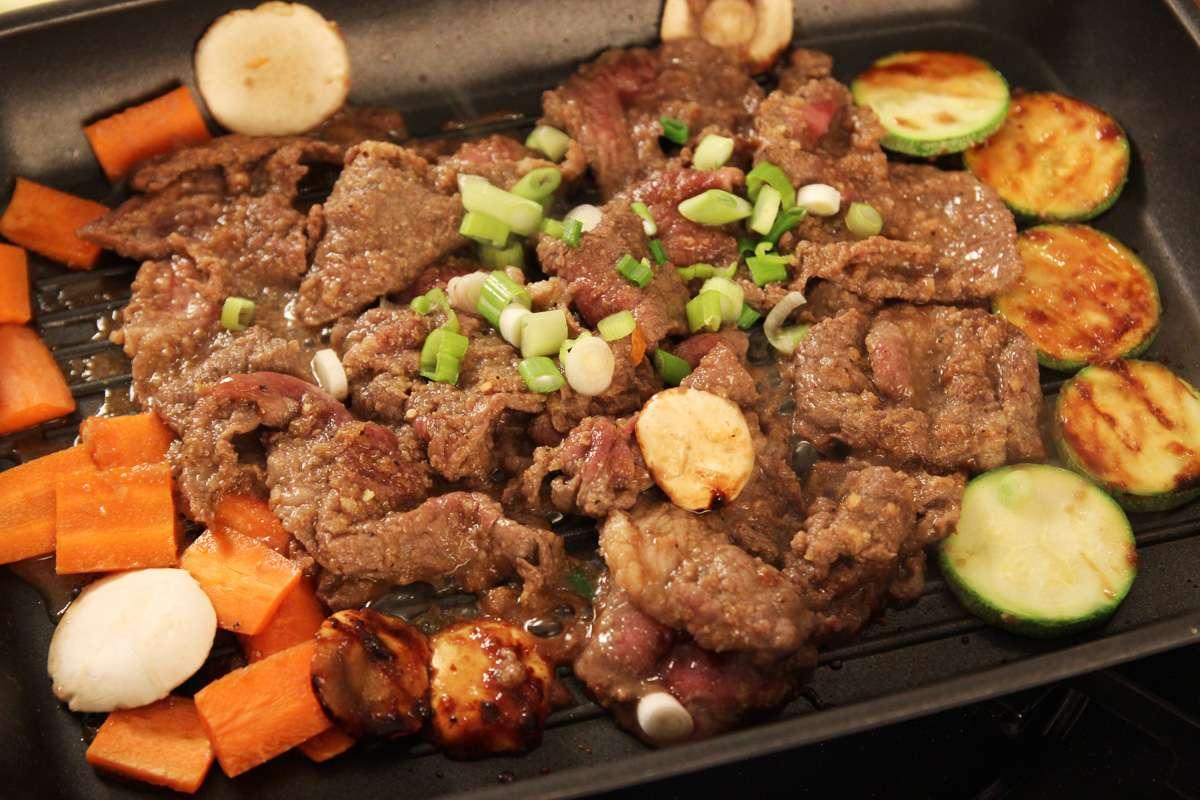 Nếu đã lỡ lạc chân qua các con phố ăn uống thì làm sao du khách có thể cưỡng lại mùi hương quyến rũ của món thịt nướng Hàn Quốc cùng vị cay nồng của rượu Soju?