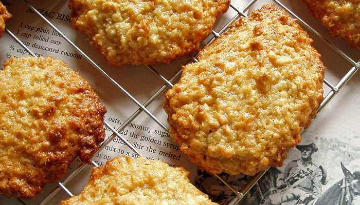 Bánh được làm từ bột mì, yến mạch, mật mía, bơ