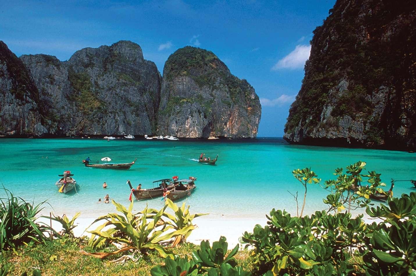 Phuket cuốn hút du khách bởi vẻ đẹp thơ mộng của biển và nhiều hoạt động sôi nổi về đêm