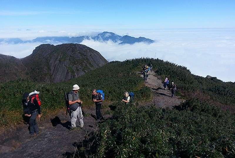 Du khách khám phá đỉnh Phanxipang
