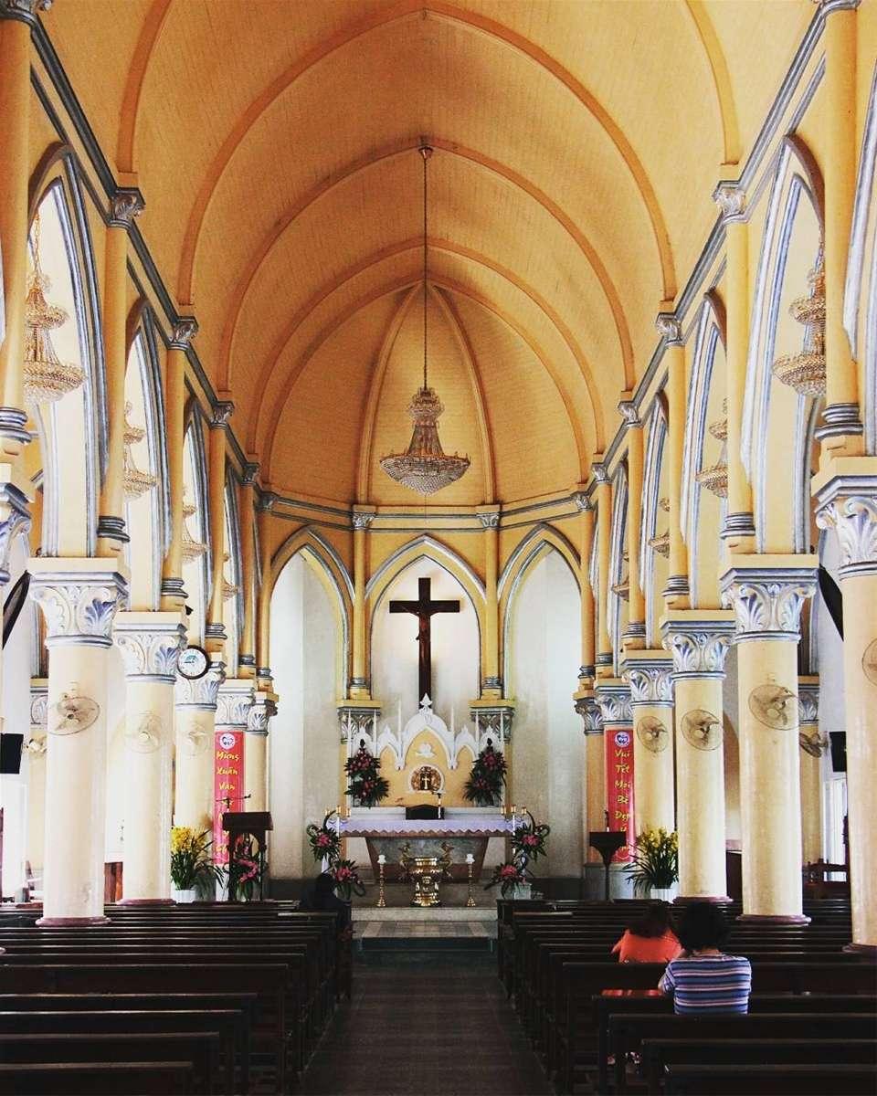 Bên trong nhà thờ Con Gà