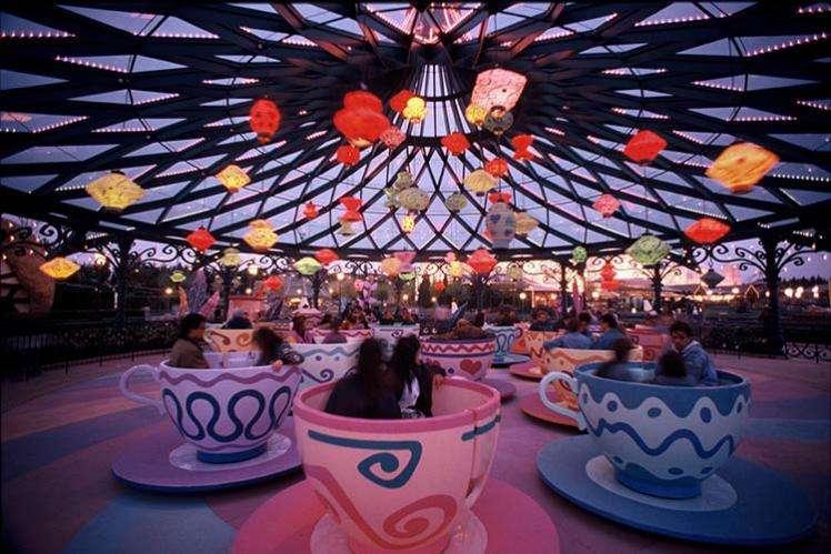 The Mad Hatter's Tea Cup đặt những vị khách vào vòng quay