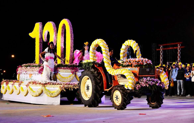Chương trình không thể thiếu các đoàn xe hoa rực rỡ diễu hành khắp con phố