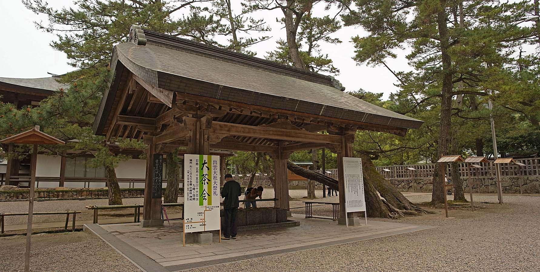 Bạn phải thực hiện các nghi lễ thanh tẩy trước khi bước vào bất kì ngôi đền nào ở Nhật Bản