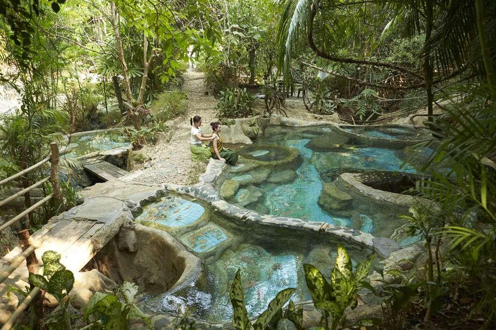 Hot Spring là một suối nước nóng tự nhiên giữa rừng mưa nhiệt đới