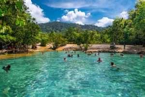 Emerald Pool với màu nước trong vắt