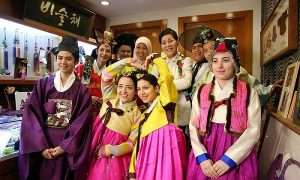 Chụp ảnh lưu niệm với đồ Hanbok ở Insadong