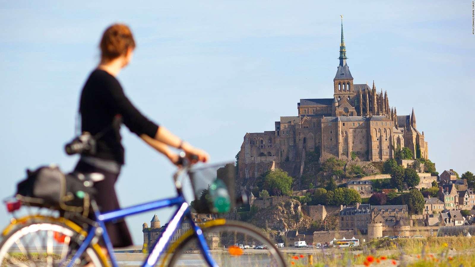 Mont Saint Michel với những tu viện từ thời trung cổ cổ kính và những cửa hàng lưu niệm xinh xắn