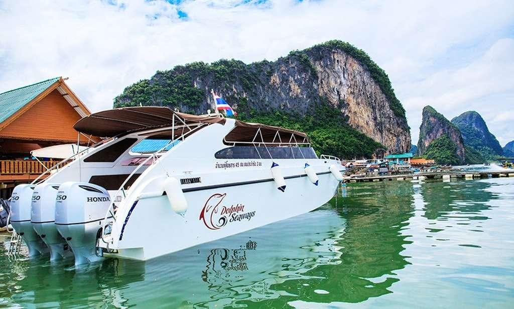 Ko Panyi dù yên tĩnh nhưng vẫn không hề thiếu các dịch vụ du lịch hiện đại như cho thuê du thuyền tham quan