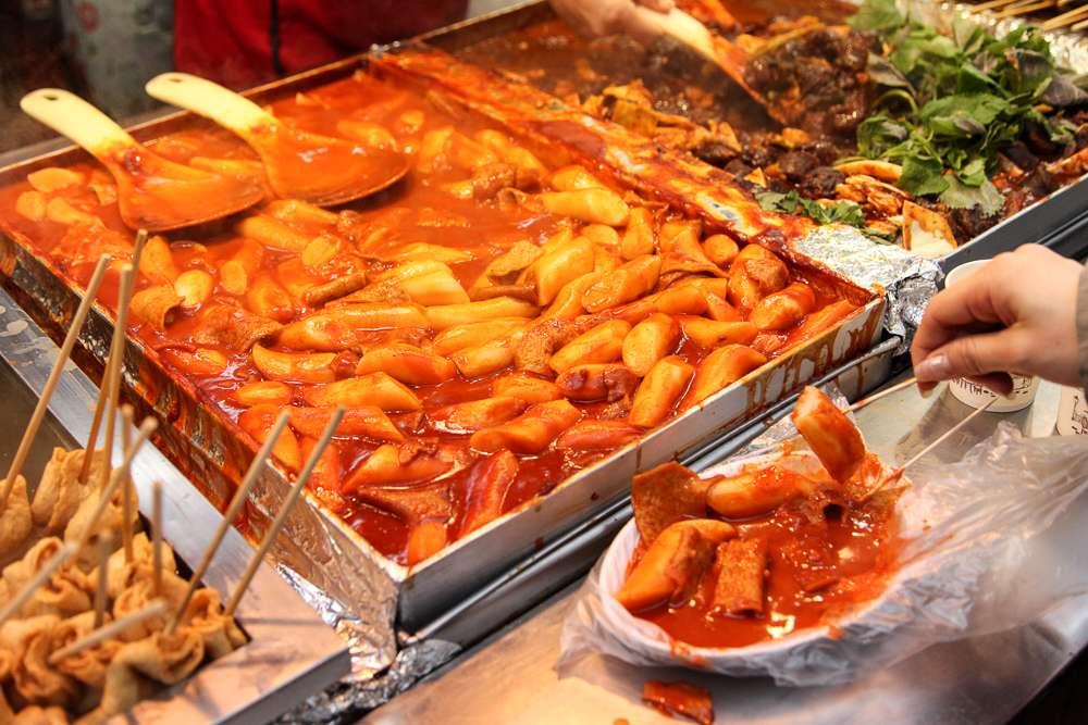 Bánh gạo nóng hổi cay ấm cả người trong trời lạnh giá ở Hàn Quốc