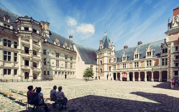 Phần chính của lâu đài do vua François I theo phong cách thời Phục hưng