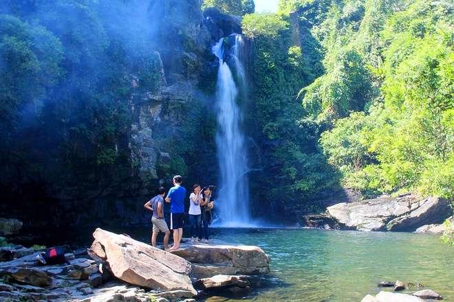 Điểm nhấn của Giếng trời là thác nước lớn cao tầm 25m quanh năm tung nước trắng xóa từ trên cao đổ xuống