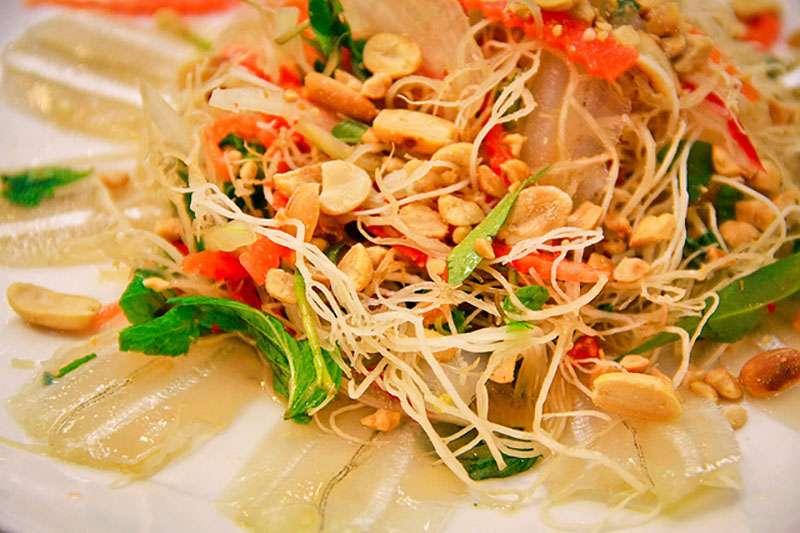 Thịt cá mai sống được kết hợp với nhiều loại gia vị và rau củ