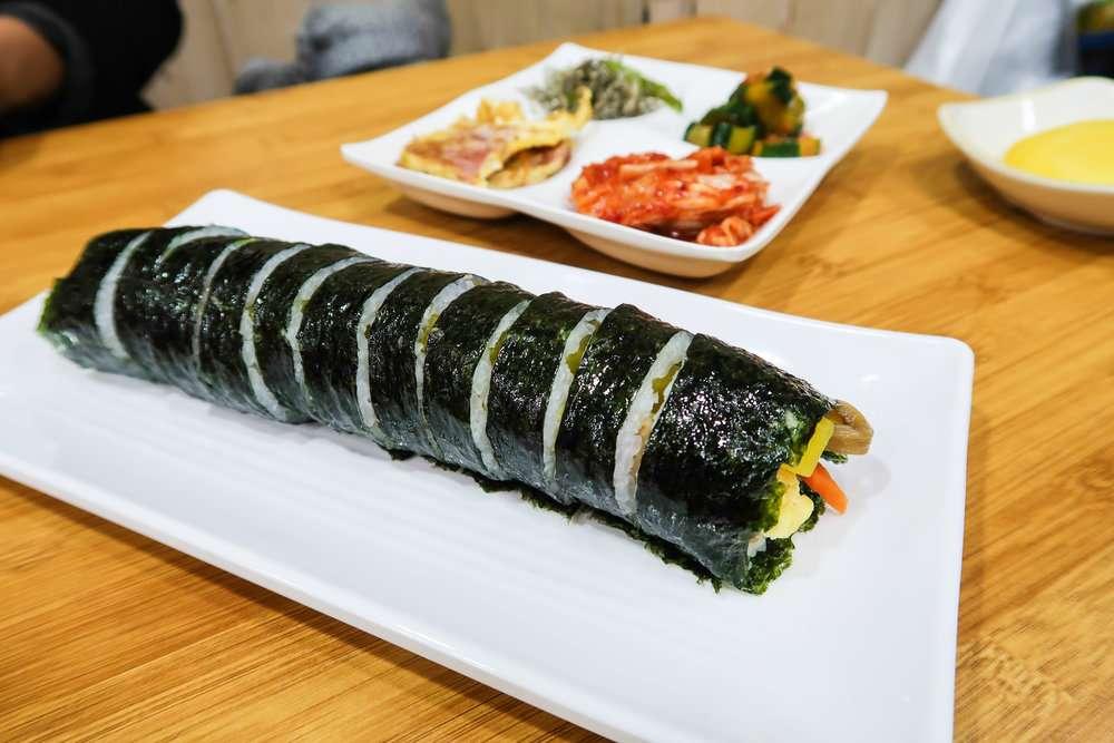 Gimbap đã quá quen thuộc với các bạn trẻ yêu món Hàn phải không nào?