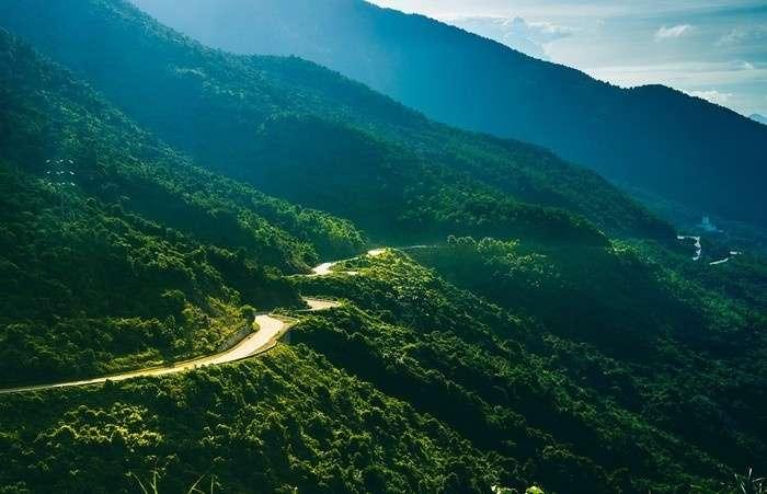 Đèo Hải Vân dài 21 km là một trong những đèo hiểm trở bậc nhất Việt Nam với những khúc ngoặt tử thần