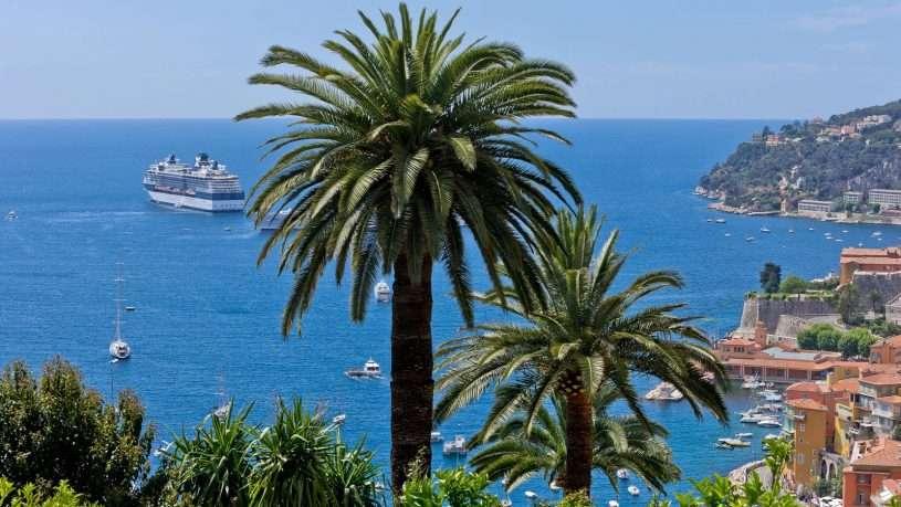 French Riviera với bãi biển tràn ngập ánh nắng mặt trời