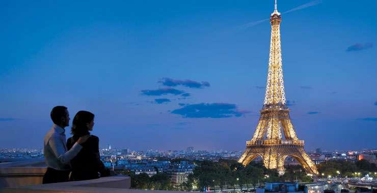 Paris là nơi mọi người thoải mái thể hiện tình cảm