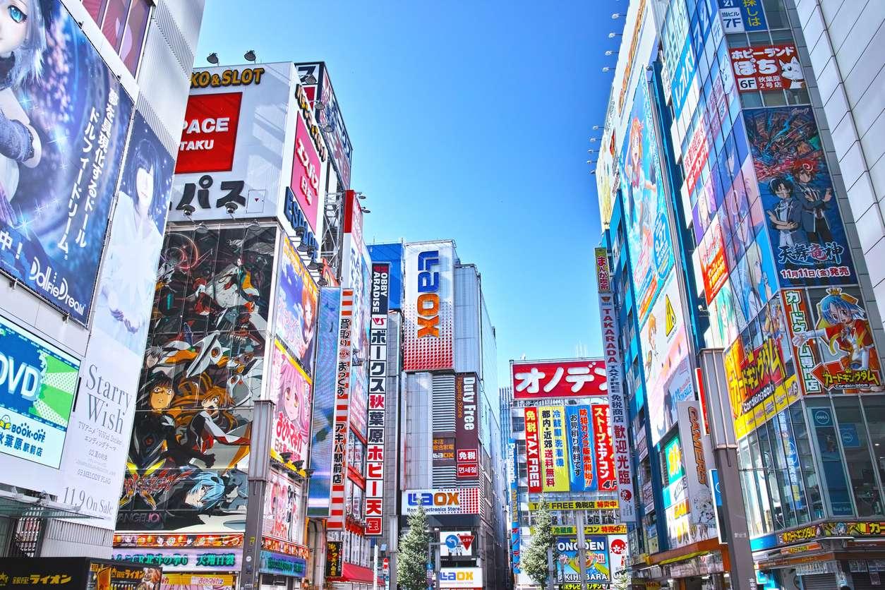 Akihabara  gây choáng ngợp bằng các tòa nhà cao tầng đầy ắp các ấn phẩm game, anime, sản phẩm điện tử,…